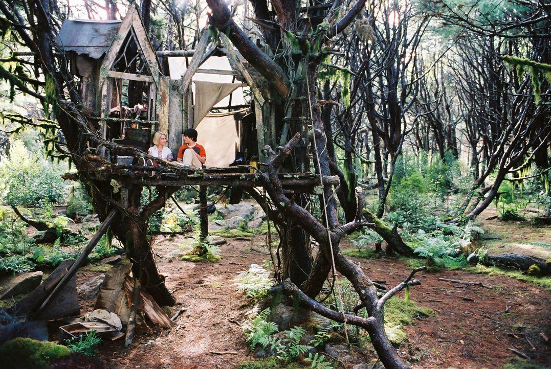 In Terabithia, einem geheimen magischen Königreich voller Fabelwesen, finden Jess (Josh Hutcherson, r.) und Leslie (Anna Sophia Robb, l.) Zuflucht... - Bildquelle: 2006 Constantin Film, München