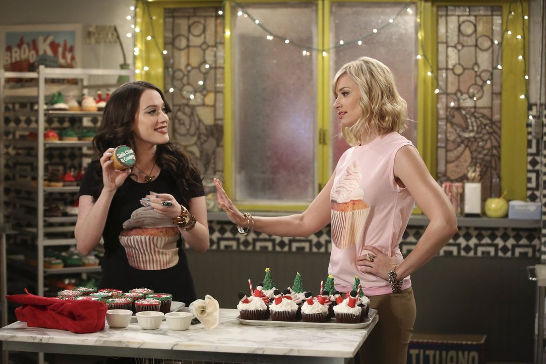 Endlich wollen Max (Kat Dennings, l.) und Caroline (Beth Behrs, r.) ihre Cupcake T-Shirts in Massen produzieren, doch das ist nicht billig ... - Bildquelle: Warner Bros. Television