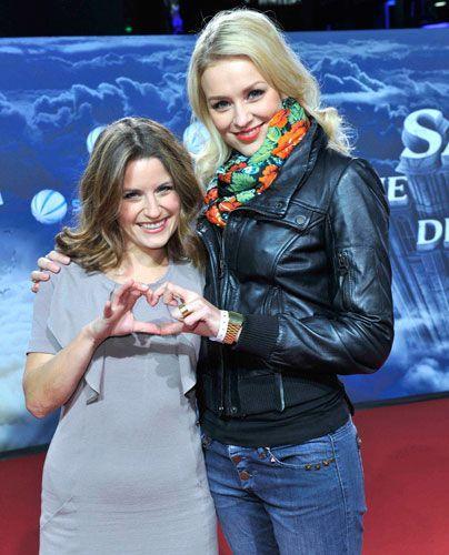 """Die Stars aus """"Hand aufs Herz"""": Vanessa Jung (l.) und Verena Mundhenke. - Bildquelle: Sat 1 Succo Media Ralf Succo"""