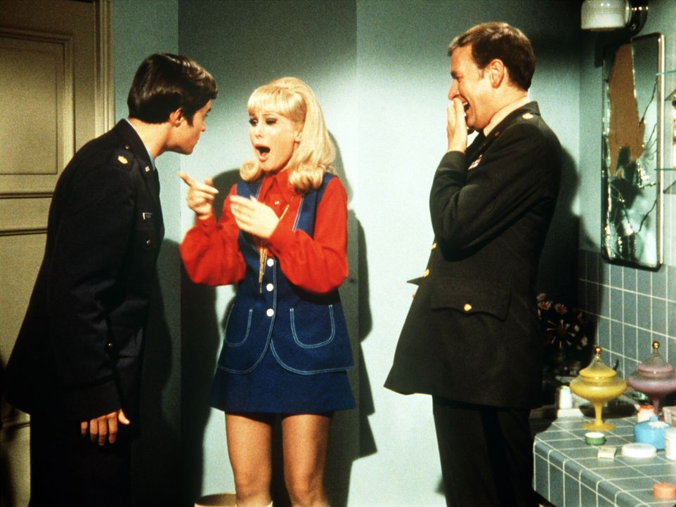 Jeannie (Barbara Eden, M.) und Roger (Bill Daily, r.) amüsiert die plötzliche Verwandlung von Tony in einen viel jüngeren Mann.