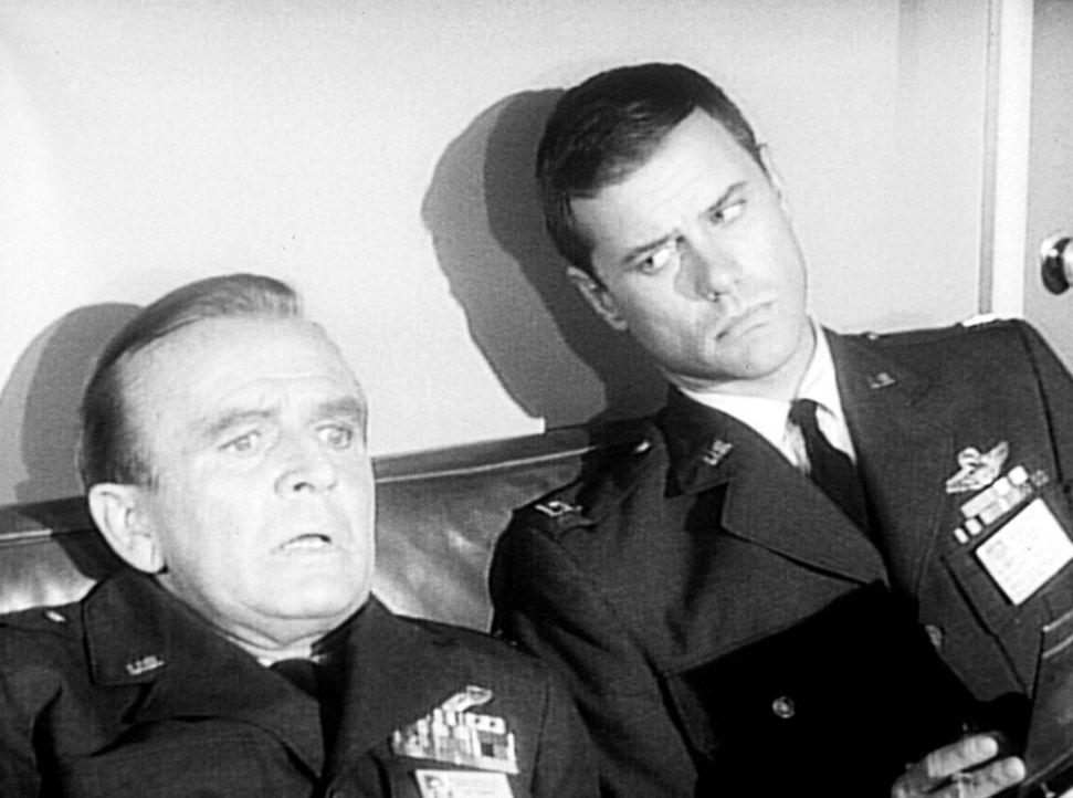 Dr. Bellows (Hayden Rorke, l.) hat Beobachtungen gemacht, von denen er weiß, dass sie nicht möglich sind. Tony (Larry Hagman, r.) aber weiß, dass di... - Bildquelle: Columbia Pictures