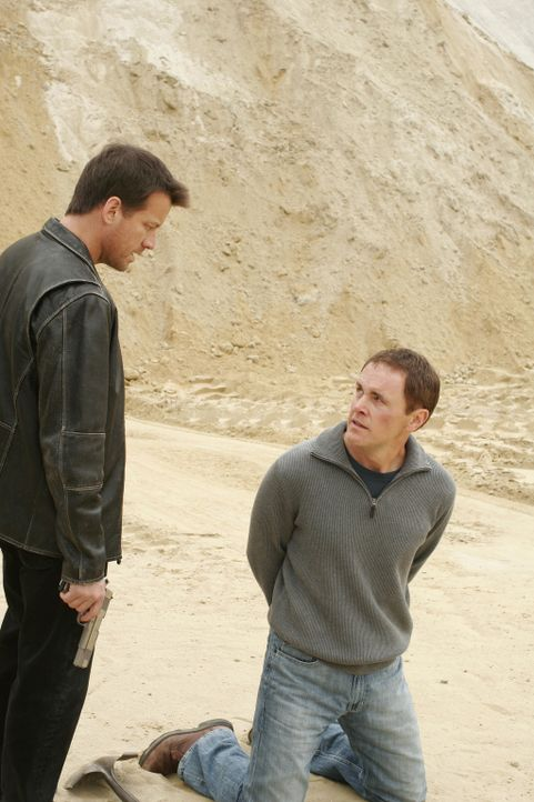 Mike (James Denton, l.) ist mit Paul (Mark Moses, r.) in der Wüste angelangt, doch bevor er Paul umbringt, möchte er wissen, warum er Deirdre auf de... - Bildquelle: Touchstone Pictures