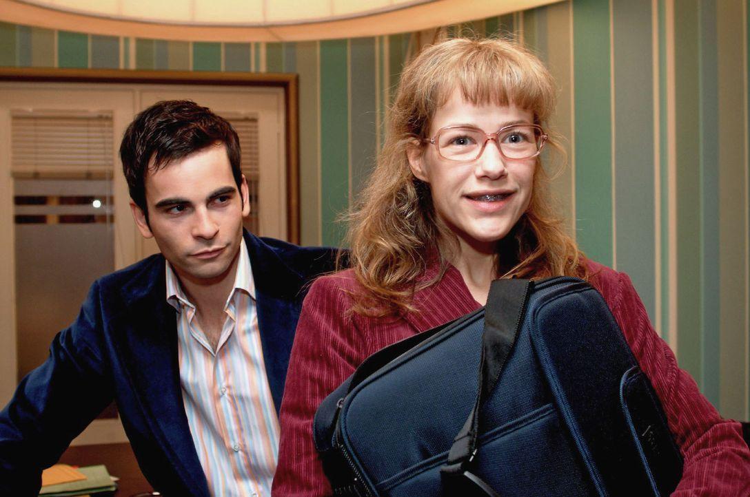 David (Mathis Künzler, l.) stattet Lisa (Alexandra Neldel, r.) mit einem eigenen Laptop aus, damit alle wichtigen Daten nicht bei Kerima-Moda einse... - Bildquelle: Sat.1