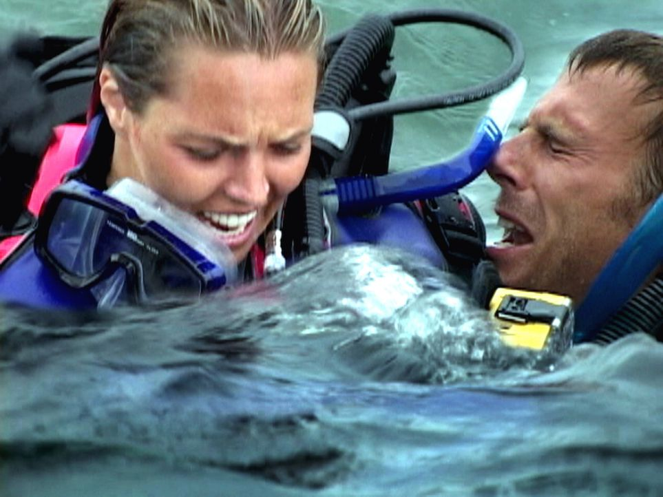 Allein im weiten Ozean treibend, nicht wissend, was unter der Wasseroberfläche lauert und keine Rettung in Sicht: Susan (Blanchard Ryan, l.) und Da... - Bildquelle: 2004 Lions Gate Films. All Rights Reserved.