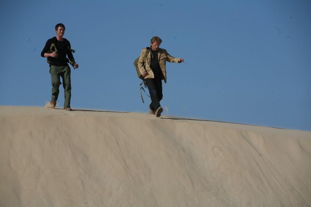 Setzen sich gegen die Urzeitmonster zur Wehr: Cutter (Douglas Henshall, r.) und Stephen (James Murray, l.) ... - Bildquelle: ITV Plc