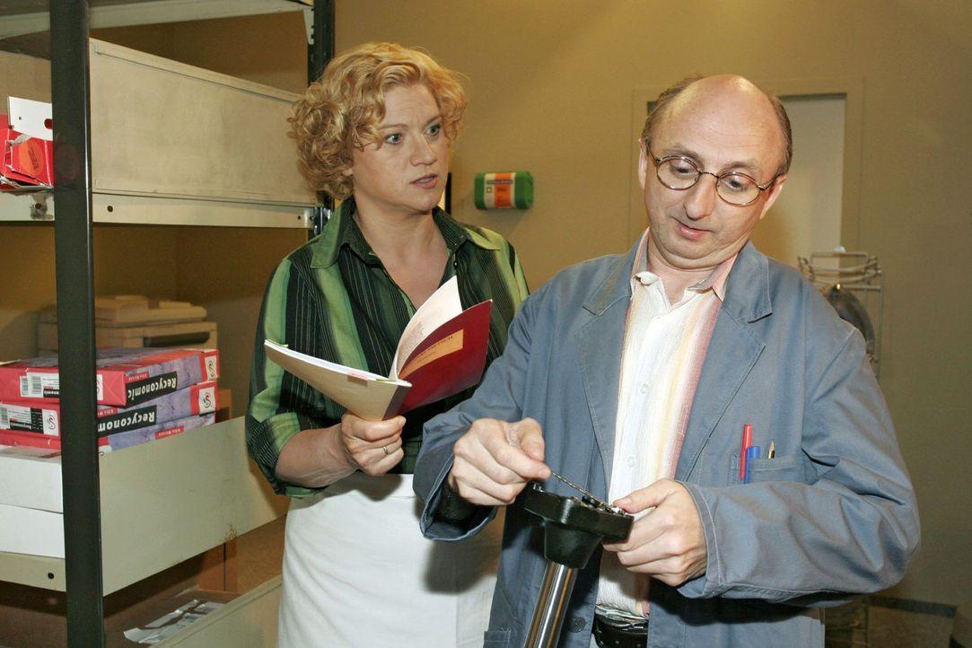 Agnes (Susanne Szell, l.) macht Hausmeister Kaminski (Matthias Zelic, r.) eindeutig klar, dass sie keine anonyme Liebespost mehr haben will - und sc... - Bildquelle: Sat.1