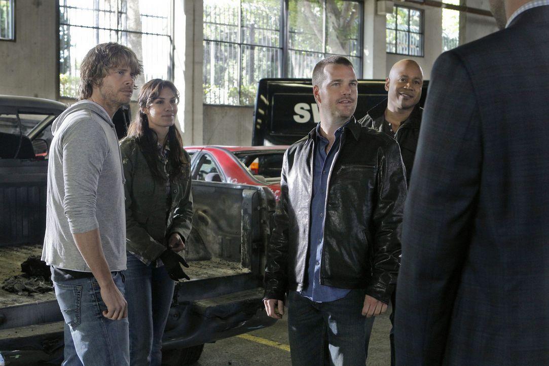 Gemeinsam versuchen sie einen neuen Fall aufzuklären: Callen (Chris O'Donnell, 2.v.r.), Sam (LL Cool J, r.), Kensi (Daniela Ruah, 2.v.l.) und Deeks... - Bildquelle: CBS Studios Inc. All Rights Reserved.