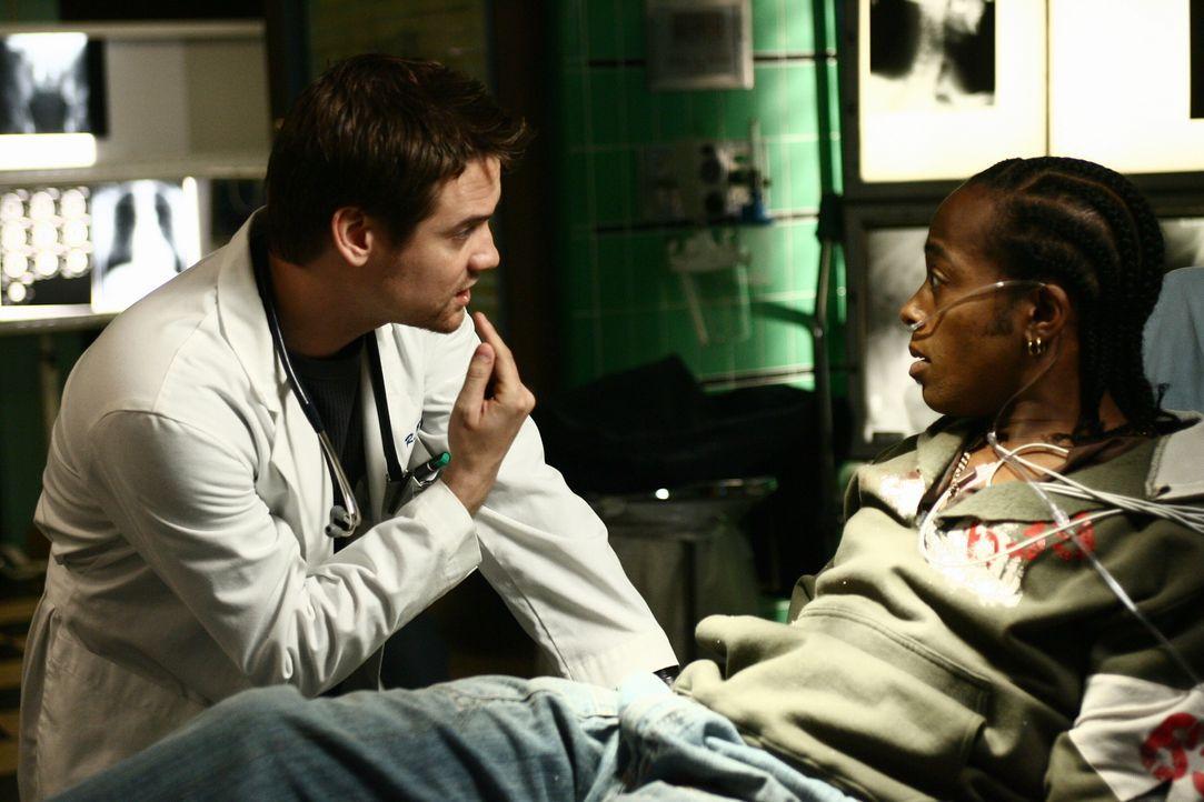 Dr. Ray Barnett (Shane West, l.) kümmert sich um Deshawn (Marc Bowman, r.), der von der Polizei mit Handschellen ans Bett gefesselt wurde, da sie da... - Bildquelle: Warner Bros. Television