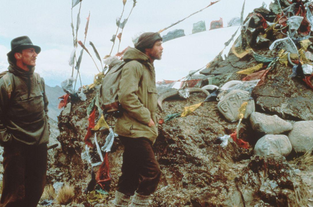 In Tibet stoßen Heinrich Harrer (Brad Pitt, r.) und sein Bergsteiger-Kollege Peter Aufschnaiter (David Thewlis, l.) auf eine völlig andere Kultur... - Bildquelle: TriStar Pictures
