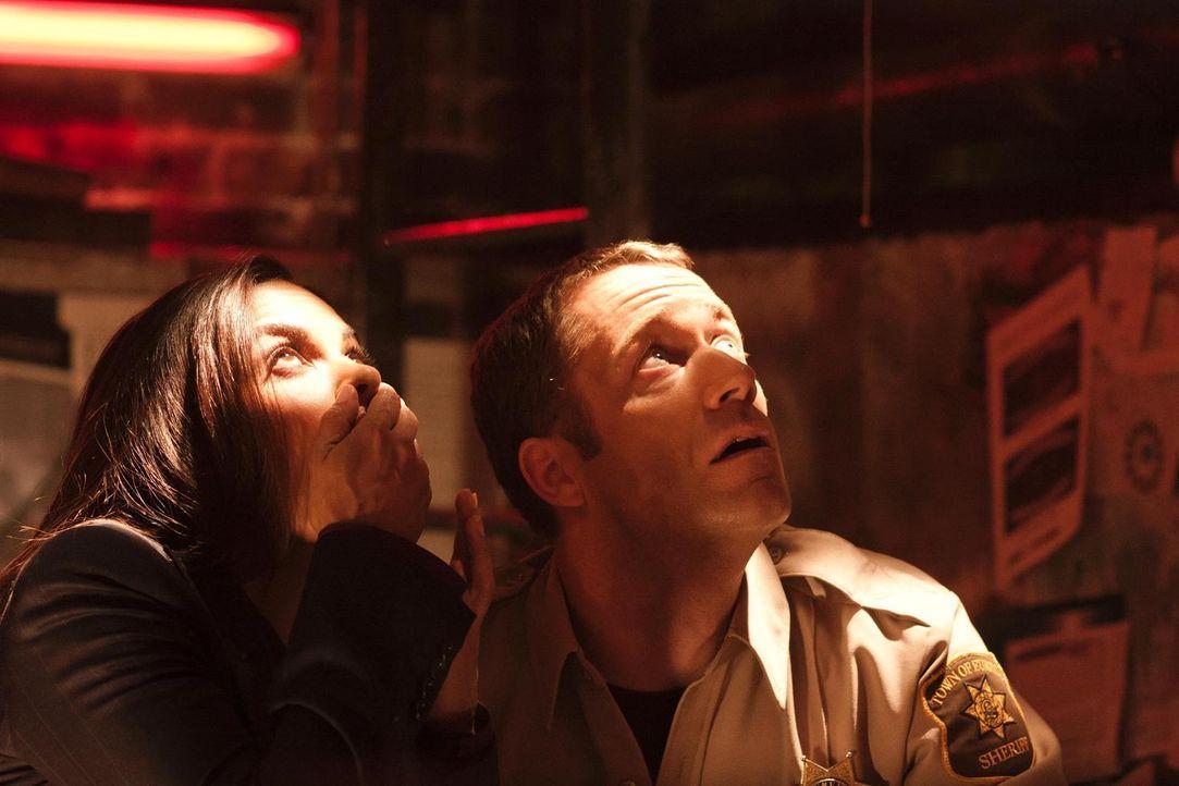 Sind geschockt, was in Eureka passiert ist: Allison (Salli Richardson-Whitfield, l.) und Carter (Colin Ferguson, r.) ... - Bildquelle: Universal Television