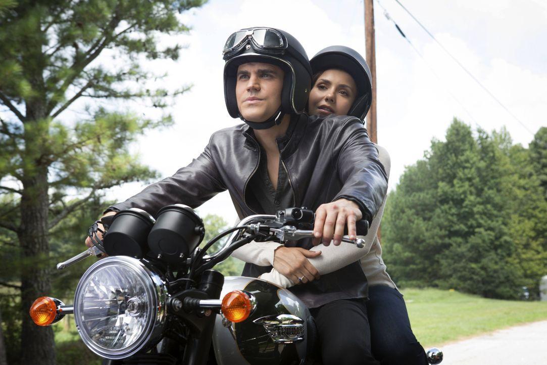 Elena und Stefan auf dem Motorrad - Bildquelle: Warner Bros. Entertainment Inc.