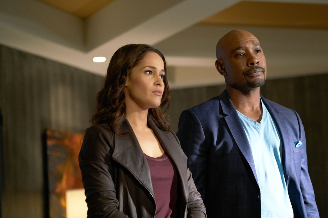 Wider Erwarten finden sich die ineinander verliebten Rosie (Morris Chestnut, r.) und Villa (Jaina Lee Ortiz, l.) inmitten einer explosiven Ermittlun... - Bildquelle: 2015-2016 Fox and its related entities.  All rights reserved.