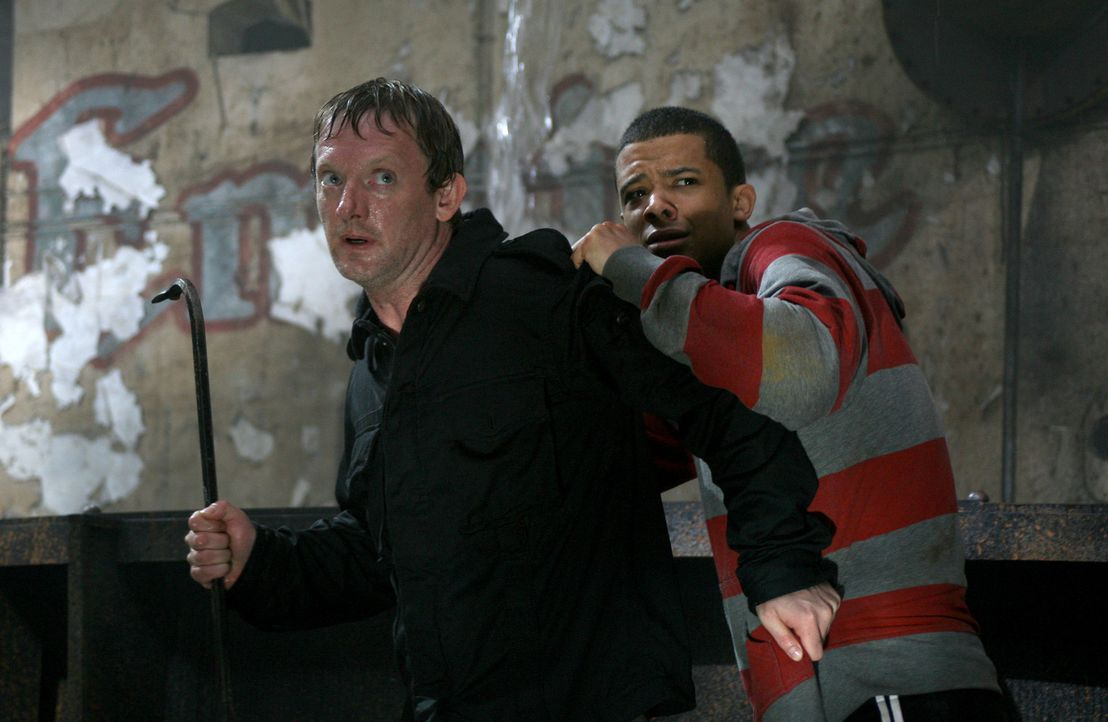 Cutter (Douglas Henshall, l.) und Lucien (Jacob Anderson, r.) versuchen sich vor dem Urzeitmonster in Sicherheit zu bringen ... - Bildquelle: ITV Plc