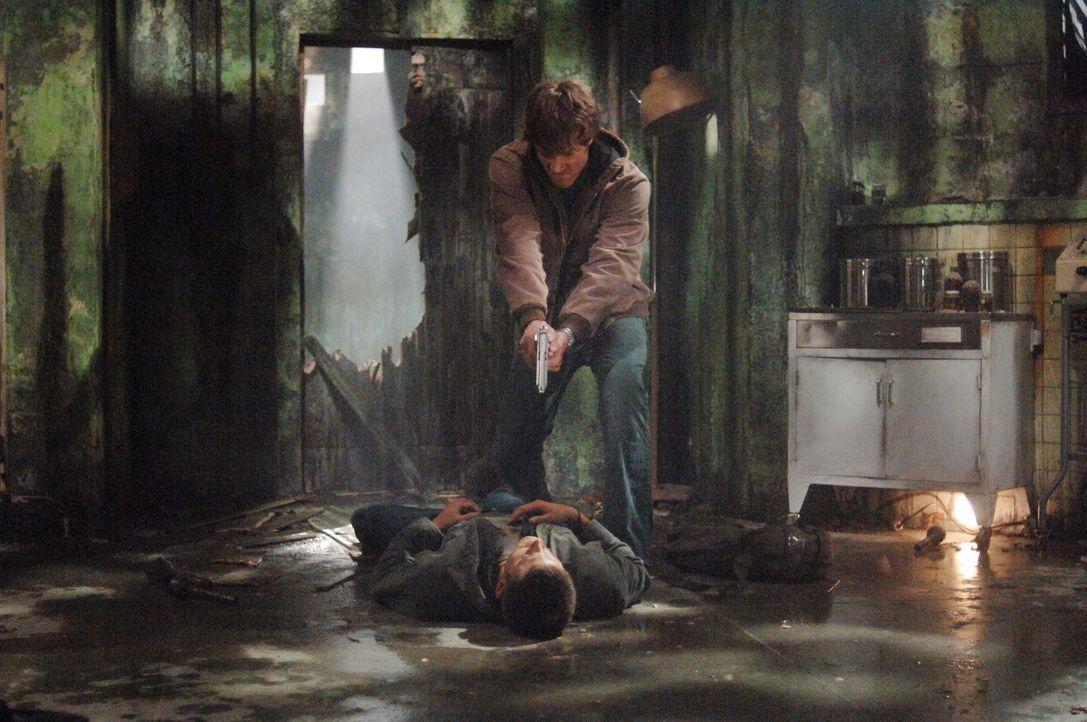 Als Sam (Jared Padalecki, oben) und Dean (Jensen Ackles, unten) ein altes Haus untersuchen, das eine sehr dunkle Vergangenheit hat, wird Sam von ein... - Bildquelle: Warner Bros. Television