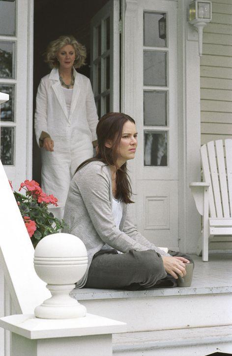 Die schwangere Jenna (Jacinda Barrett, vorne) ist verzweifelt. Sie weiß nicht, ob ihr Freund eine Affäre hat. Ihre Mutter (Blythe Danner, hinten) ve... - Bildquelle: DreamWorks Pictures