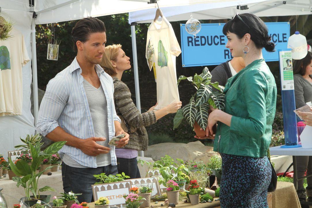 Sie lässt keine Chance aus, um sich einen neuen Mann zu schnappen: Chloe (Krysten Ritter, r.) ... - Bildquelle: 2012 American Broadcasting Companies. All rights reserved.