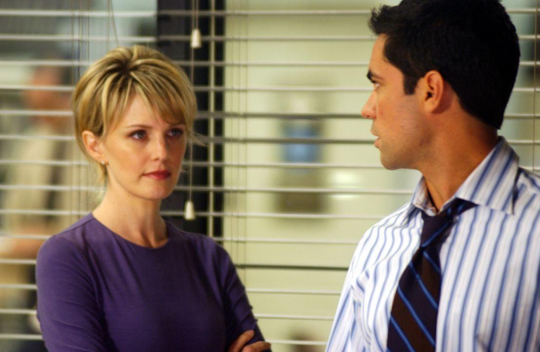 Schon bald finden Scott Valens (Danny Pino, r.) und Lilly Rush (Kathryn Morris, l.) heraus, dass der Film zwar nicht die Ermordung Danielas zeigt, a... - Bildquelle: Warner Bros. Television