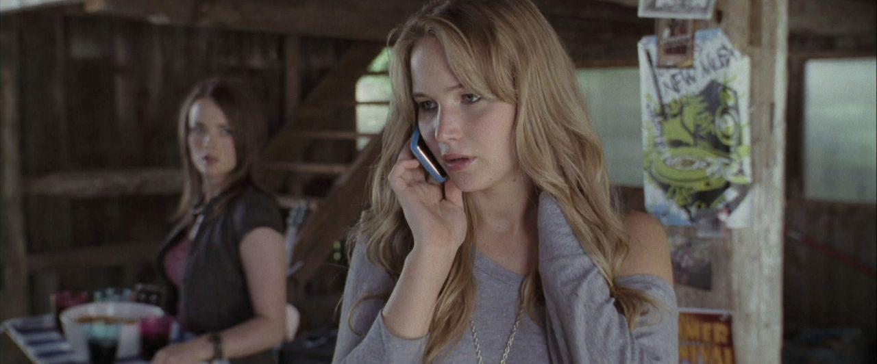 Auch Jillian (Allie MacDonald, l.) rätselt, weshalb Ryan Elissa (Jennifer Lawrence, r.) einfach so aus dem Haus geschmissen hat. Da verwirrt ein une... - Bildquelle: 2011 HATES, LLC.  All Rights Reserved.