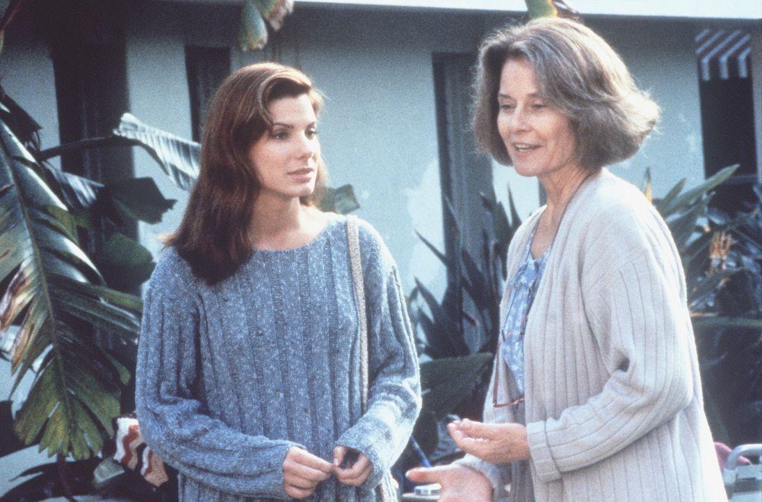 Endlich kann Mrs. Bennett (Diane Baker, r.) ihre Tochter Angela (Sandra Bullock, l.) überreden, ein paar Tage Urlaub zu machen. Doch der Traumurlau... - Bildquelle: Columbia Pictures Corporation