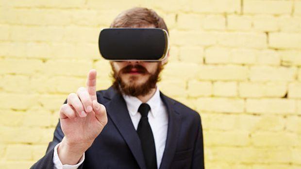 Ein Mann nutzt AR, um neue Informationen sichtbar zu machen