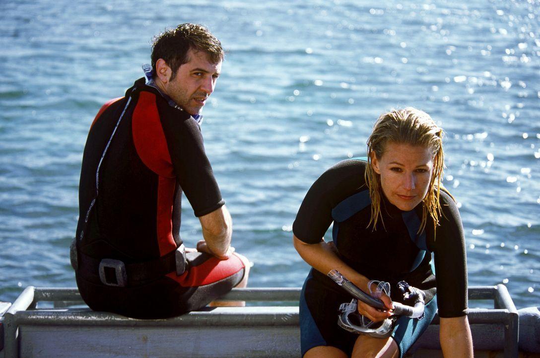 Nach anfänglichen Schwierigkeiten versteht sich Elena (Sophie Schütt, r.) mit ihrem Kollegen Phil (Merab Ninidze, l.) immer besser. - Bildquelle: Megan Lewis Sat.1