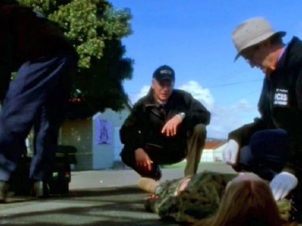 """Das Supermodel Taylor wird tot aufgefunden. Gibbs (Mark Harmon, l.) und Dr. """"Ducky"""" Mallard (David McCallum, r.) untersuchen die Leiche ... - Bildquelle: CBS Television"""