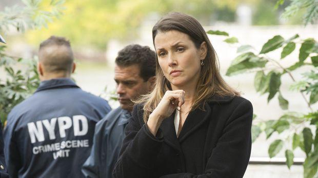 Als Erin (Bridget Moynahan, r.) eine ermordete Prostituierte in einem Gebüsch...