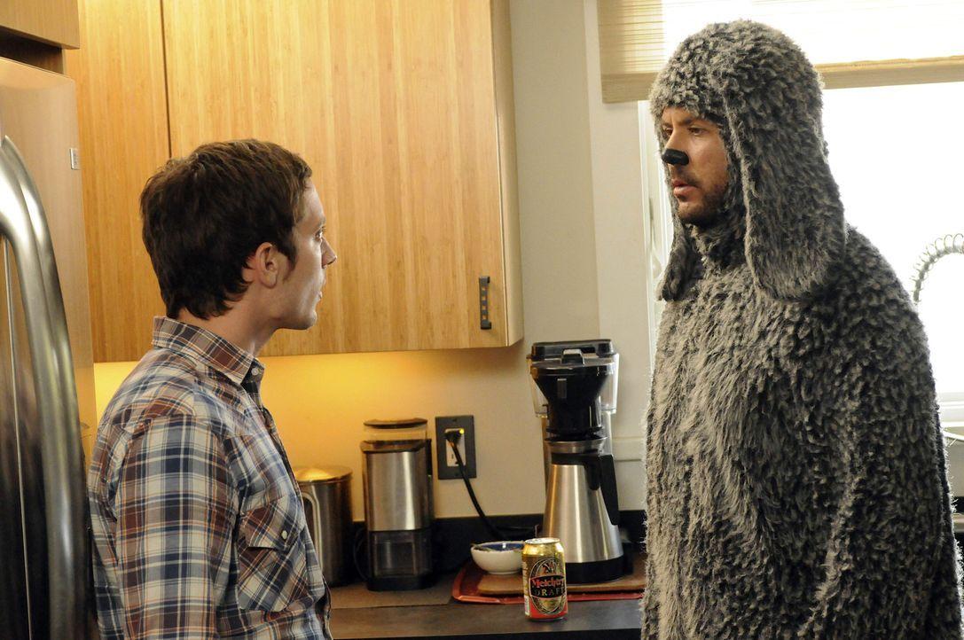 Ryan (Elijah Wood, l.) hat Angst vor seinem Nachbarn, Spencer, da dieser ein ungehobelter Klotz ist. Wilfred (Jason Gann, r.) rät ihm, auf Konfronta... - Bildquelle: 2011 FX Networks, LLC. All rights reserved.