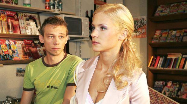Sabrina (Nina-Friederike Gnädig, r.) versucht sich bei Jürgen (Oliver Bokern,...