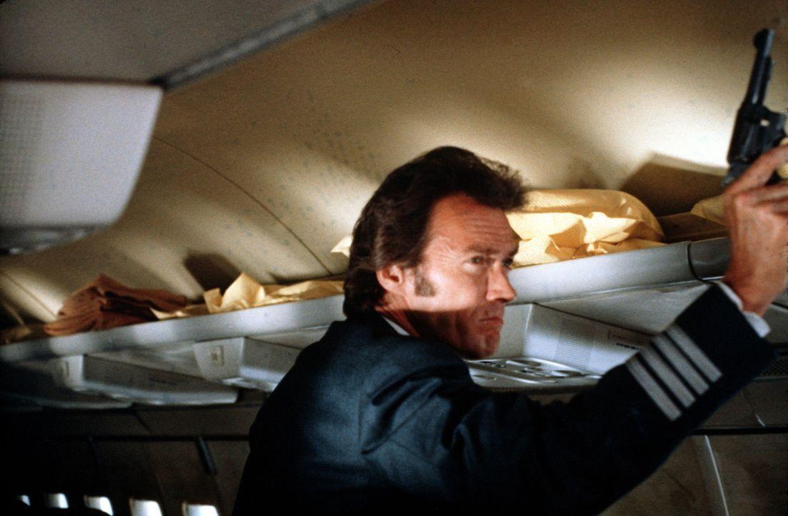 Als Pilot getarnt, gelingt es Inspektor Callahan (Clint Eastwood), eine Flugzeugentführung zu verhindern ... - Bildquelle: Warner Bros.
