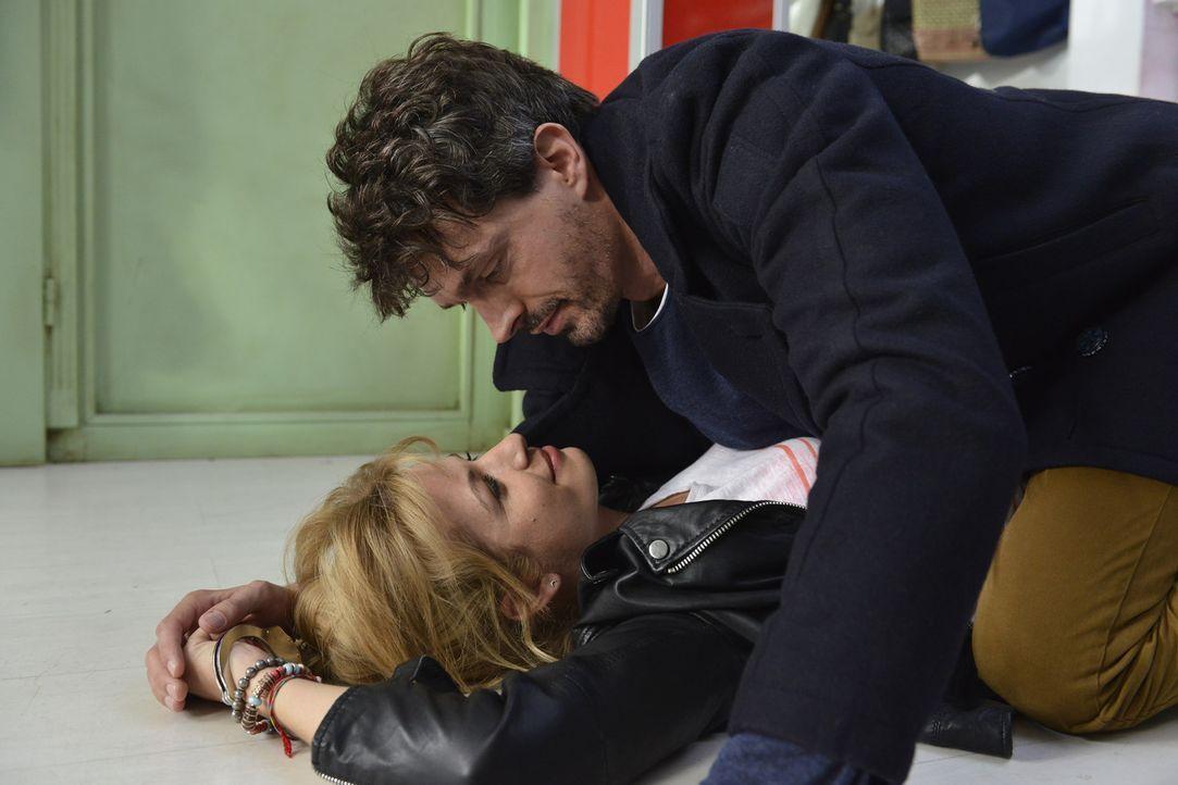 Mias (Susan Sideropoulos, unten) offensiver Flirtversuch kommt bei Marko (Martin Brücker, oben) mehr als schlecht an ... - Bildquelle: Oliver Ziebe sixx
