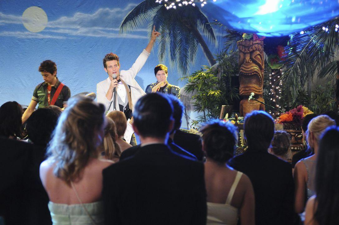 Bringt die Menge auf dem Abschlussball zum Toben: Razor (Nico Tortorella, M.) - Bildquelle: 2010 Disney Enterprises, Inc. All rights reserved.
