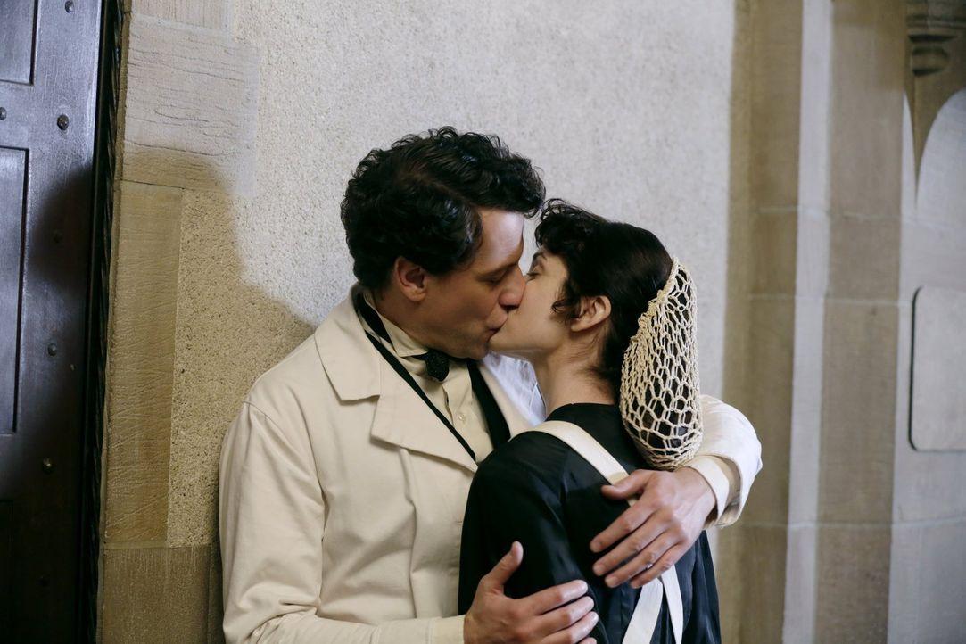 Trotz der Drohungen seiner ersten Frau Nora nutzt Henry (Ioan Gruffudd) die Gelegenheit, um die hübsche Schwester (Sarah Wilson, r.) zu küssen ... - Bildquelle: Warner Bros. Television