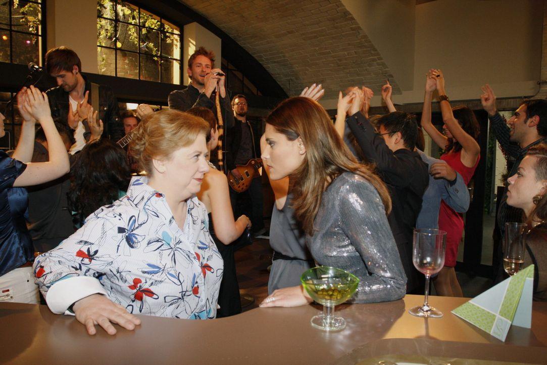Chris (Sophia Thomalla, vorne r.) wählt die Flucht nach vorn, als Paula (Regine Hentschel, vorne l.) sie feuern will ... - Bildquelle: SAT.1