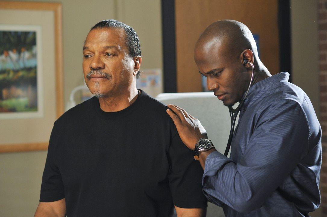 Sam (Taye Diggs, r.) behandelt Henry (Billy Dee Williams, l.), der mit seiner an Alzheimer erkrankten Frau Frances in der Praxis erschienen ist .. - Bildquelle: ABC Studios