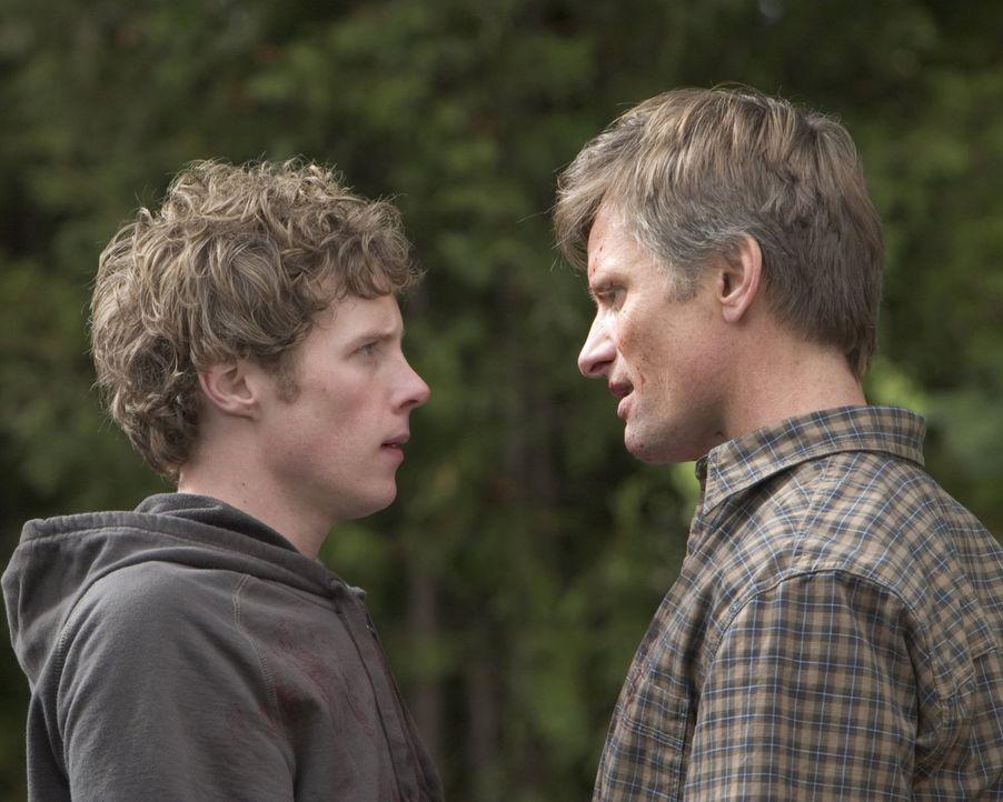 Toms (Viggo Mortensen, r.) friedfertiger Sohn Jack (Ashton Holmes, l.) kann sich erst Respekt an seiner Schule verschaffen, als er das Faustrecht wa... - Bildquelle: 2005 Warner Bros.