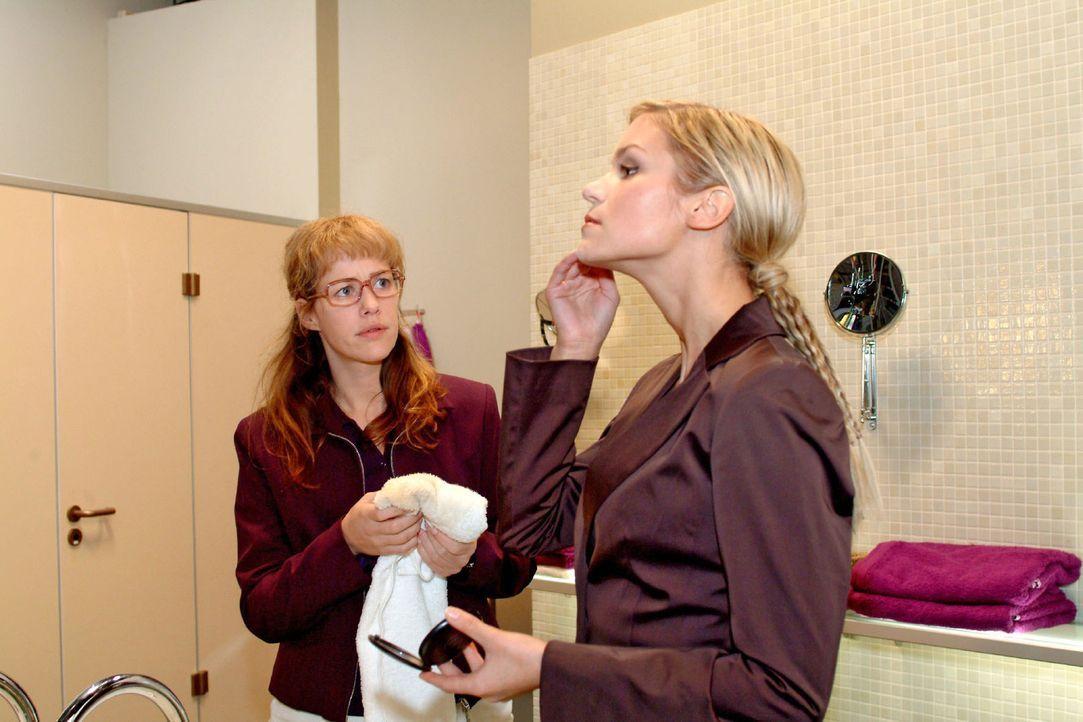 Auf die falsche Art versucht Sabrina (Nina-Friederike Gnädig, r.) aus Lisa (Alexandra Neldel, l.) herauszubekommen, was zwischen ihr und Blum läuf... - Bildquelle: Sat.1