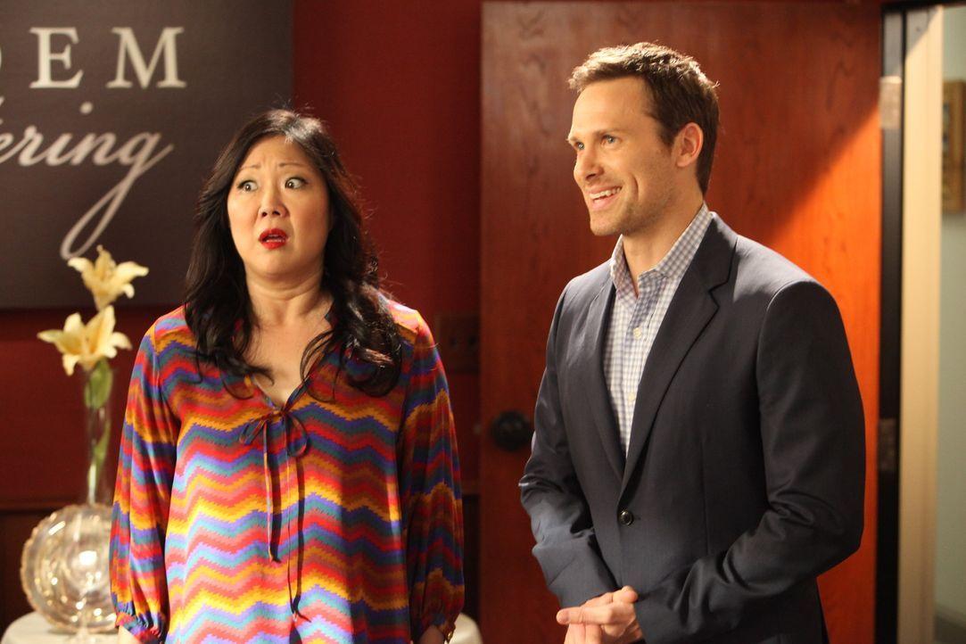 Luke (Carter MacIntyre, r.) und Teri (Margaret Cho, r.) sollen Jane und Owen bei deren Hochzeitscaterer vertreten, indem sie sich für das Hochzeits... - Bildquelle: 2012 Sony Pictures Television Inc. All Rights Reserved.