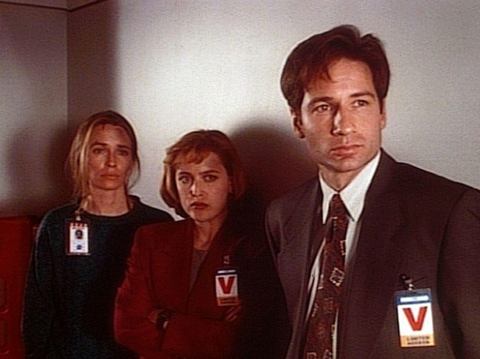 Fassungslos müssen Michelle Generoo (Susanna Thompson, l.), Scully (Gillian Anderson, M.) und Mulder (David Duchovny) feststellen, dass Colonel Belt... - Bildquelle: TM +   Twentieth Century Fox Film Corporation. All Rights Reserved.