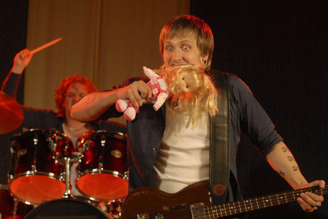 Völlig durchgeknallt: Gitarrist Erkki (Lasse Myhr) ... - Bildquelle: Elke Werner ProSieben
