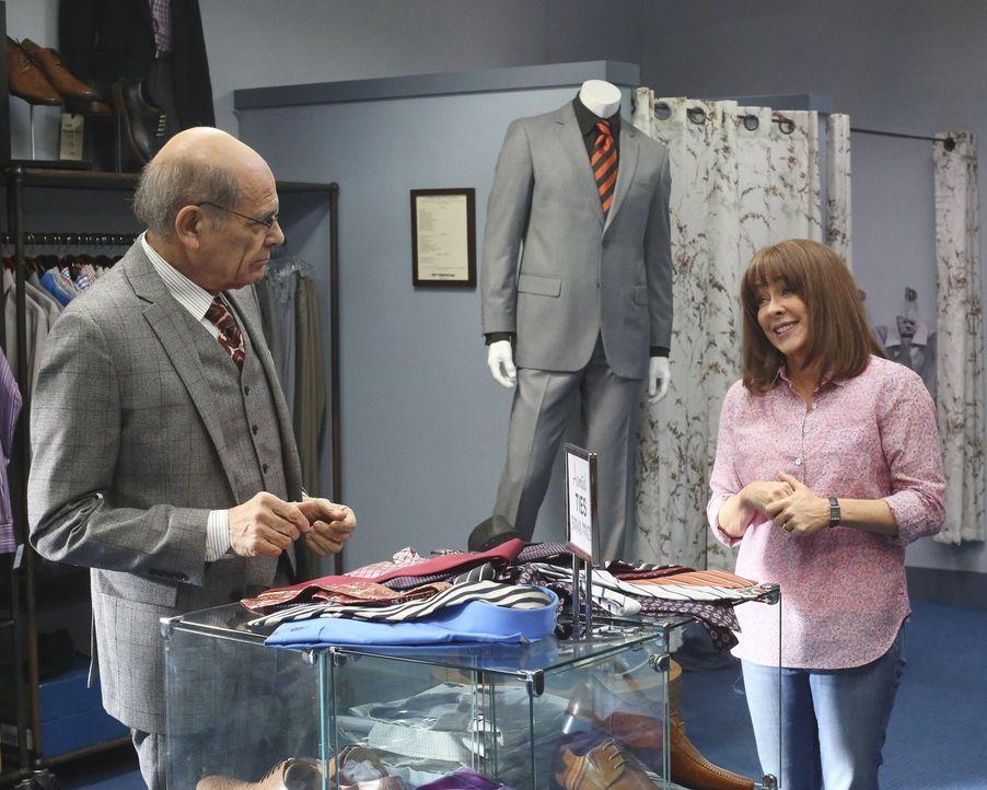 Während Frankie (Patricia Heaton, r.) im Laden von Mort (Alan Rachins, l.) den perfekten Anzug für ihren Sohn sucht, setzten Sue und Brick Zuhause a... - Bildquelle: Warner Bros.