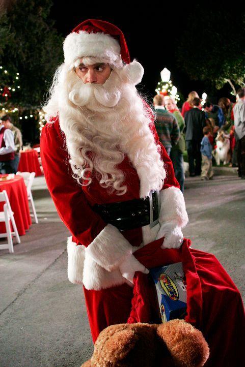 Nachdem Mrs. McClusky ihre Befürchtung den Bewohnern mitgeteilt hat, wird Art (Matt Roth) auf der alljährlichen Weihnachtsfeier der Wisteria Lane vo... - Bildquelle: 2005 Touchstone Television  All Rights Reserved