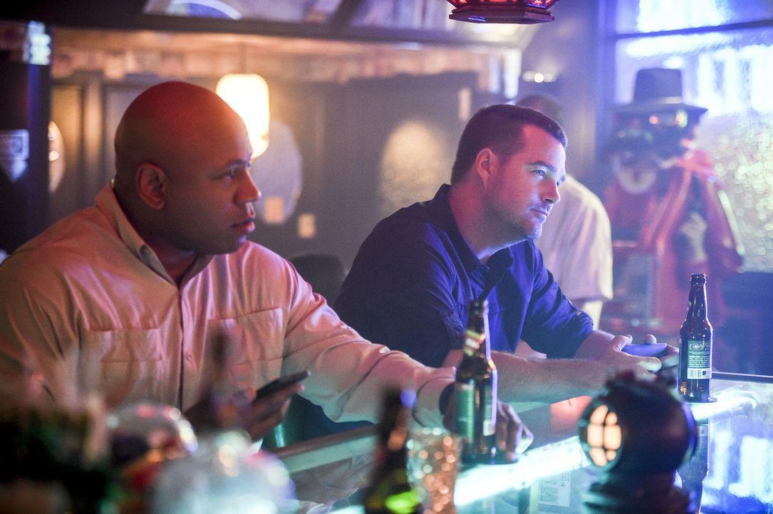 Während Callen (Chris O'Donnell, r.), Sam (LL Cool J, l.) und das Team in Vietnam die Befreiung von Hetty vorbereiten, wird Mosley in Los Angeles vo... - Bildquelle: Ron Jaffe 2017 CBS Studios Inc. All Rights Reserved.
