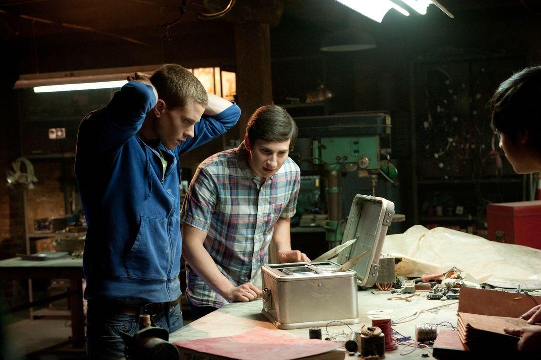 Während Quinn (Sam Lerner, r.) die lukrativen Zeitreisen dazu nutzt, in der Schule beliebter zu werden, kauft David (Jonny Weston, l.) neue Komponen... - Bildquelle: 2015 Paramount Pictures. All Rights Reserved.