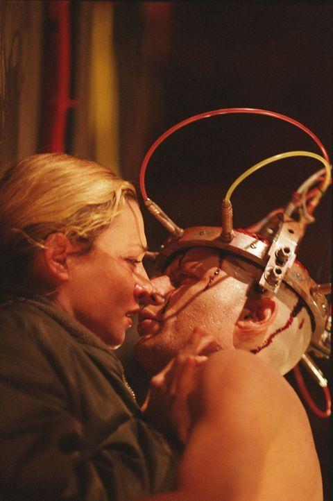 Als Helen (Katharine Towne, l.) auf Gary (Ross McCall, r.) stößt, traut sie ihren Augen kaum ... - Bildquelle: Buena Vista International