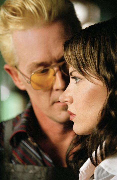 Tommy Bells (Robert Patrick, l.) ist nicht bereit hinzunehmen, dass sich seine Schwester Gina (Dagmara Dominczyk, r.) mit einem Cop eingelassen hat... - Bildquelle: CBS International Television
