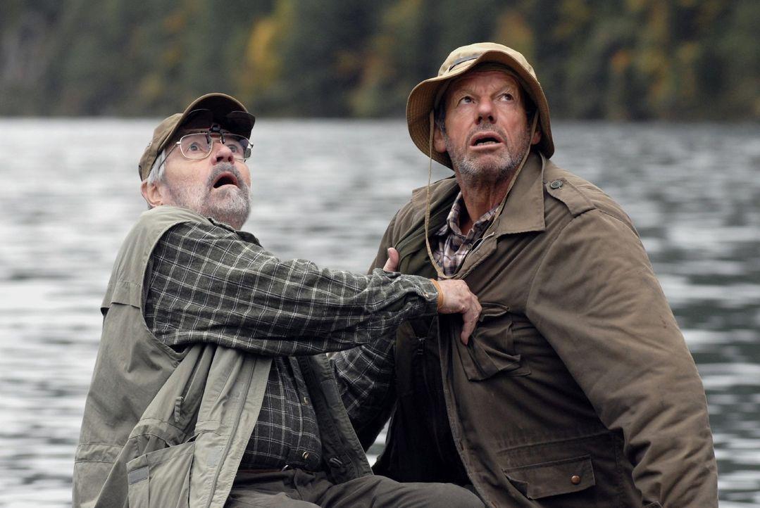 Die beiden Angler (Jannes Schlunk und Norbert Jank) trauen ihren Augen kaum, als sie plötzlich das berühmte Ungeheuer von Loch Ness vor sich sehen .... - Bildquelle: Martin Menke Sat.1