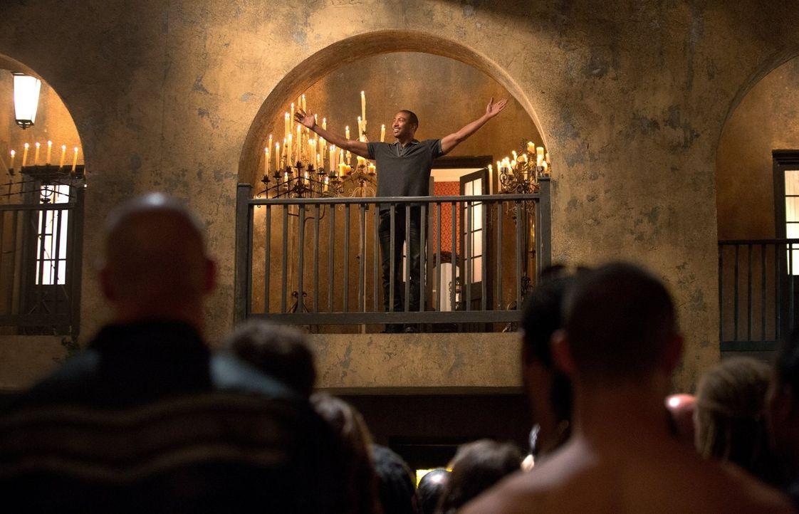 Wie es sich für einen angeblichen König gehört, begrüßt Marcel (Charles Davis) seine Untertanen ... - Bildquelle: Warner Bros. Television