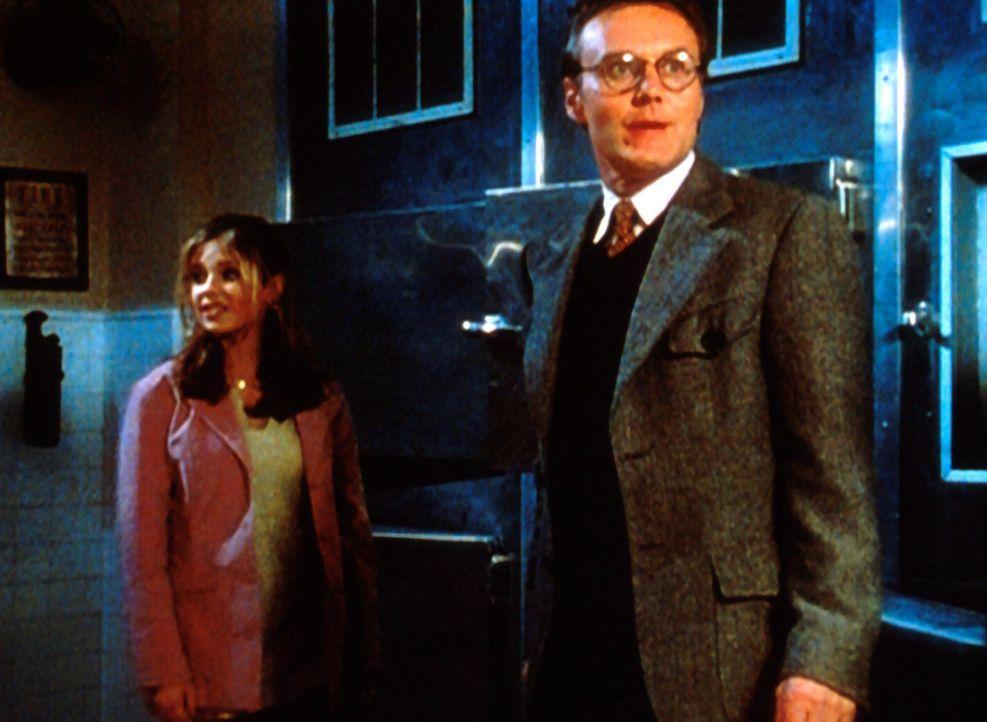 Buffy (Sarah Michelle Gellar, l.) und Mr. Giles (Anthony Stewart Head, r.) suchen in der Leichenhalle nach Hinweisen auf eine Verschwörung der Vampi... - Bildquelle: TM +   2000 Twentieth Century Fox Film Corporation. All Rights Reserved.