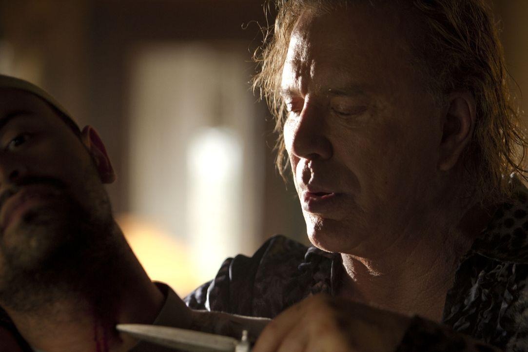 Lässt seine Gegenüber nie lange am Leben: Kunstdieb Malik (Mickey Rourke, r.) ... - Bildquelle: erland 2012 - JAVA HEAT